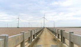 Energia limpa, planta de energias eólicas com um caminho às turbinas eólicas gigantes no mar Foto de Stock Royalty Free