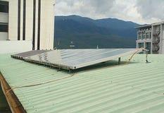 energia odnawialna Energia słoneczna energetyczna ręka odizolowywający panelu słoneczny słońca biel obraz stock