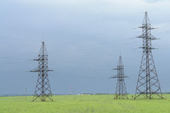 Energia por linhas de transmissão Foto de Stock