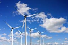 Energia proveniente dai generatori eolici fotografia stock