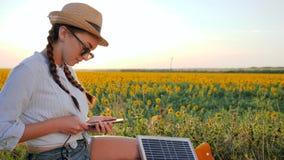 Energia pulita, donna felice in lampadina con il telefono e pannello in mani, ragazza che usando cellulare e archivi video