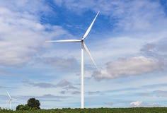 Energia renovável alternativa das turbinas eólicas brancas da natureza na central elétrica de energias eólicas sob o backgroun do Fotos de Stock
