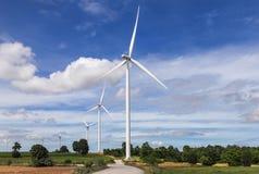 Energia renovável alternativa das turbinas eólicas brancas da natureza na central elétrica de energias eólicas sob o backgroun do Fotografia de Stock Royalty Free