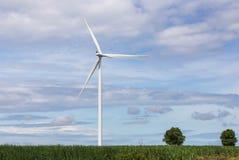 Energia renovável alternativa das turbinas eólicas brancas da natureza na central elétrica de energias eólicas sob o backgroun do Fotografia de Stock