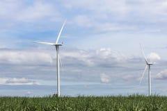 Energia renovável alternativa das turbinas eólicas brancas da natureza na central elétrica de energias eólicas sob o backgroun do Imagem de Stock Royalty Free