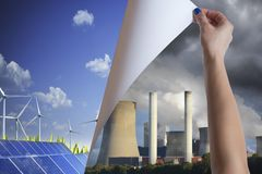 Energia renovável do vento e do sol contra a energia convencional poluir fotografia de stock