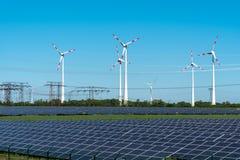 Energia renovável e linhas de rede elétrica Fotografia de Stock Royalty Free