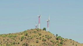 Energia rinnovabile alternativa del generatore eolico sul fondo delle colline stock footage