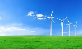 Energia rinnovabile con i generatori eolici Generatore eolico in colline verdi Fondo ambientale di ecologia per le presentazioni  fotografia stock libera da diritti