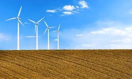 Energia rinnovabile con i generatori eolici Turbina di vento nel campo Fondo ambientale di ecologia per le presentazioni ed i sit fotografia stock