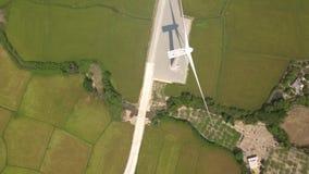 Energia rinnovabile della turbina del mulino a vento nella vista agricola verde del fuco del campo Vista aerea della generazione  video d archivio