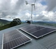 Energia rinnovabile Eolical + solare fotografia stock libera da diritti