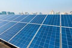 Energia solar e cidade imagens de stock