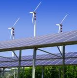Energia solar e de vento foto de stock