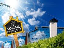 Energia solar - telhados das casas com painéis solares Imagem de Stock Royalty Free