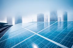 Energia solare del tetto con costruzione moderna immagine stock libera da diritti