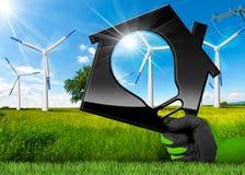 Energias eólicas - casa com uma ampola Foto de Stock