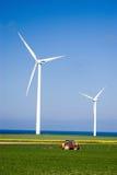 Energias eólicas e trator. fotografia de stock