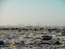 Energias eólicas e turbinas eólicas na costa congelada Imagem de Stock