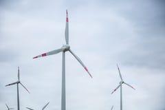 Energias eólicas Moinhos de vento no nascer do sol Energia elétrica Diversas turbinas eólicas na produção de eletricidade Imagens de Stock Royalty Free