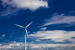 Energias eólicas no céu nebuloso azul Imagens de Stock Royalty Free
