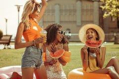 Energiczna trzy dziewczyny ma zabawę podczas pinkinu outdoors obraz stock
