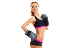 Energiczni uśmiechnięci atleta stojaki w bokserskich rękawiczkach i wierzchołku zdjęcie royalty free