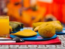 Energiczny śniadanie zawiera sok pomarańczowego, empanada i bolon słuzyć na błękitnym talerzu, tradycyjny andyjski karmowy pojęci fotografia stock