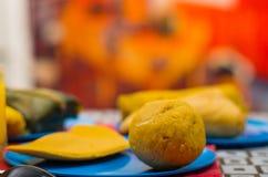 Energiczny śniadanie zawiera sok pomarańczowego, empanada i bolon słuzyć na błękitnym talerzu, tradycyjny andyjski karmowy pojęci zdjęcia stock