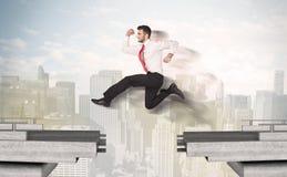 Energiczny biznesowy mężczyzna skacze nad mostem z przerwą zdjęcia stock