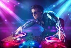 Energiczny Dj miesza muzykę z potężnymi lekkimi skutkami obraz royalty free