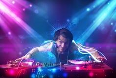Energiczny Dj miesza muzykę z potężnymi lekkimi skutkami fotografia royalty free