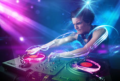 Energiczny Dj miesza muzykę z potężnymi lekkimi skutkami zdjęcie stock