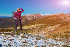 Energiczny Żeński wycieczkowicz Zostaje na Śnieżnym terenie i Obserwuje Scenicznego Mountain View obrazy stock