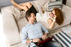 Energiczny mąż i żona pracuje w domu zdjęcia stock