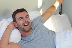 Energiczny mężczyzna budzi się up w ranku obrazy royalty free