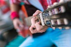 Energiczny męski gitarzysta pokazuje łatwego gitara akord obrazy royalty free