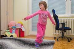 Energiczny piękny mała dziewczynka tancerz zdjęcie stock