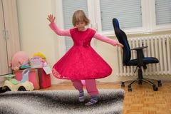 Energiczny piękny mała dziewczynka tancerz fotografia stock