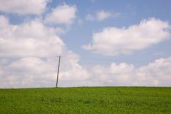 Energiczny słup przeciw niebu i zieleni łące obraz royalty free
