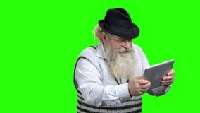 Energiczny starsza osoba m??czyzna bawi? si? online gr? komputerow? zdjęcie wideo