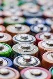 Energie abstracte achtergrond van kleurrijke batterijen Stock Afbeeldingen