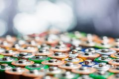 Energie abstracte achtergrond van kleurrijke batterijen Stock Foto's
