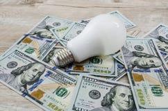 Energie - besparingsbol op dollars royalty-vrije stock foto's