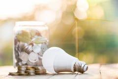 Energie - besparingslamp met het milieu royalty-vrije stock afbeeldingen