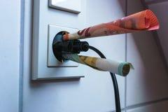 energie - de machtscontactdoos en geld van het besparingenconcept royalty-vrije stock foto's