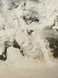 Energie der Natur Wirkliche enorme Lawine kommt von einem großen Berg Lizenzfreie Stockfotografie