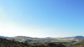 Energie des blauen Himmels und der Windkraftanlagen auswechselbar am Horizont bei Sonnenuntergang stock footage