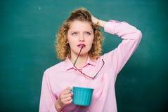 Energie en kracht Energielast Idee en inspiratie de behoeftekoffiepauze van de schoolleraar Ouderwetse ochtendsc?ne: antieke schr stock foto