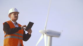 Energie-Ingenieur der Windmühle, zum mit der Tablette bei Sonnenuntergang zu arbeiten umwelt stock footage